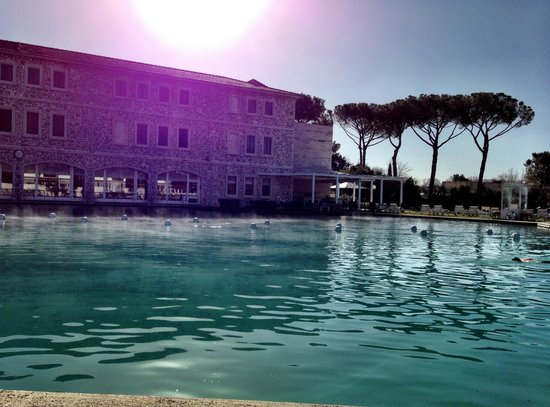Terme di Saturnia Spa & Golf Resort: Идеальная погода для загара в феврале. Perfect weather for sunbathing in february