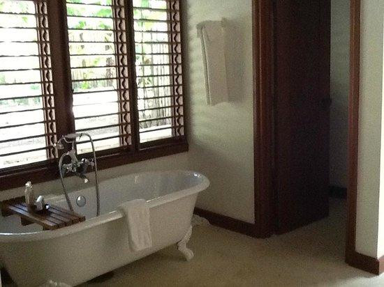 GoldenEye: nice big soaker tub