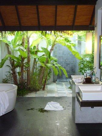 Velassaru Maldives : The open air bathroom, with banana tree!