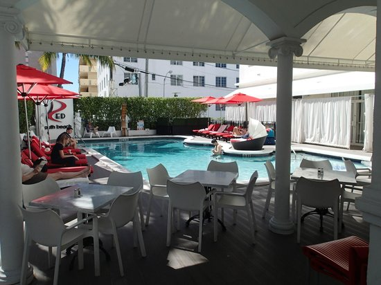 Red South Beach Hotel : Servering vid poolkanten