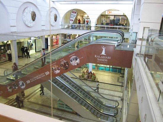 AVANI Windhoek Hotel & Casino: Centre commercial au pied de l'hôtel