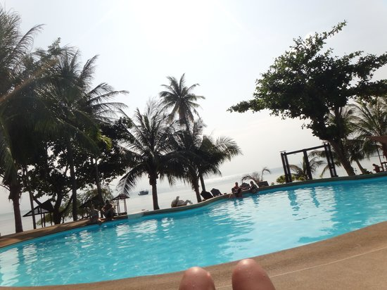 Cocohut Village Beach Resort & Spa: Pileta y mar