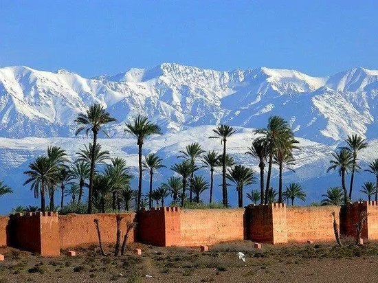 Marhbabikoum: la neige et les remparts de Marrakech