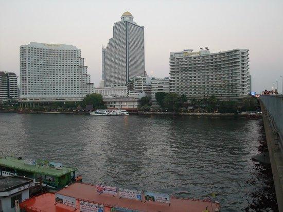Shangri-La Hotel Bangkok : View of hotel from opposite river bank