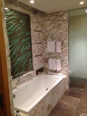 Waldorf Astoria Berlin: Bathroom