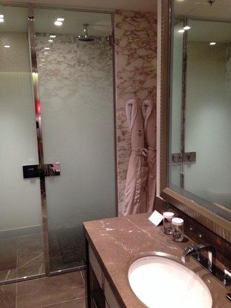 Waldorf Astoria Berlin: Bathroom 2