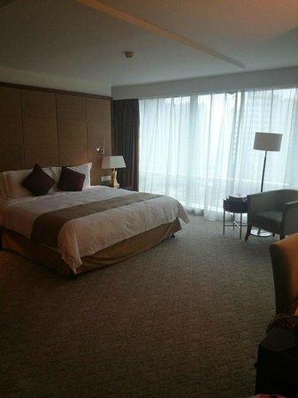 Pullman Shanghai Skyway Hotel: DELUXE ROOM