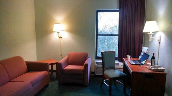 Days Inn & Suites Fort Myers near JetBlue Park: Room
