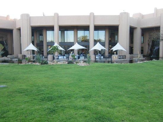 Windhoek Country Club Resort: Partie extérieure de la salle à manger