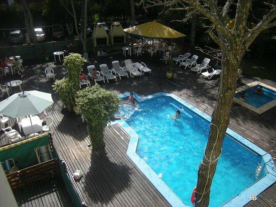 Apart Hotel Punta Verde : la zona de pileta y atras las parrillas con sus mesas
