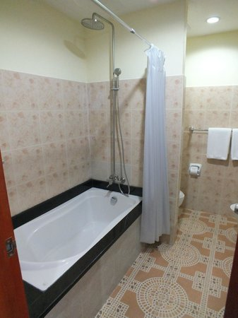 Chalong Beach Hotel and Spa: Salle de bains