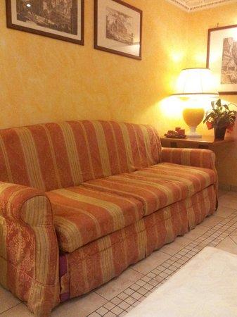 Hotel Tuscolana: Divano nella sala colazione