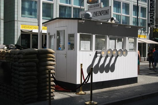 Mauermuseum - Museum Haus am Checkpoint Charlie: Checkpoint