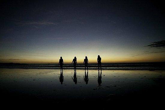 Best Western Tamarindo Vista Villas: Sunset at the beach right across the street..