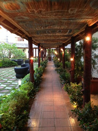 Hotel Bon Voyage: Walk Way