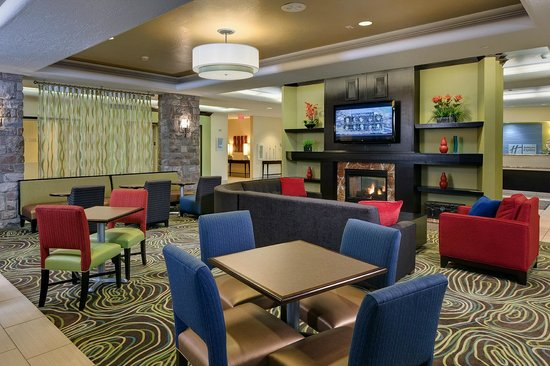 Holiday Inn Express & Suites Saginaw : Breakfast Lobby