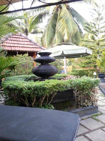 Flower Garden Hotel: déco du jardin