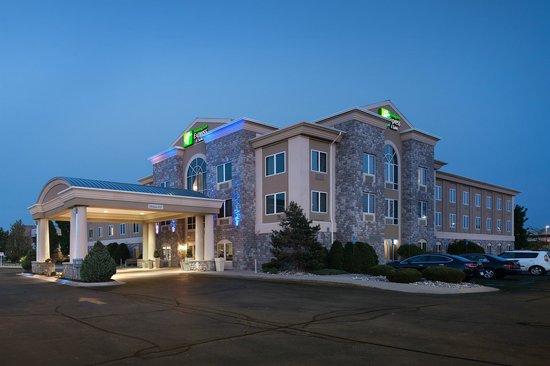 Holiday Inn Express & Suites Saginaw: Hotel Exterior Night