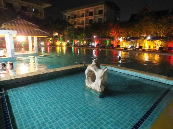 Chalong Beach Hotel and Spa : Piscine de nuit