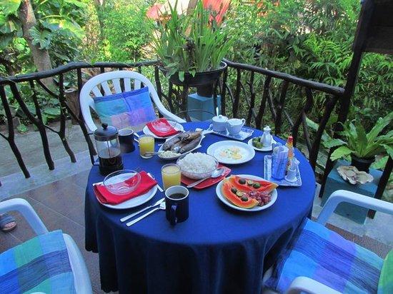 Tuko Beach Resort: Frühstück auf philippinisch: Reis, Ei und Fisch