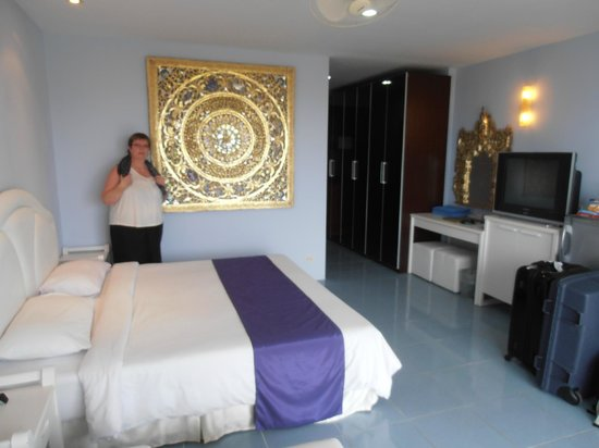 Chalong Beach Hotel and Spa : chambre