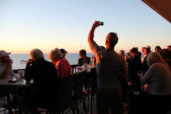 Pier House 60 Marina Hotel : Rooftop bar at sunset, crowded...unable to find a seat at sunset.