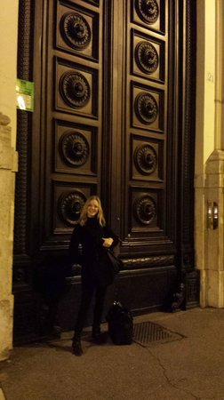 Best Pantheon B&B: The impressive door to the building