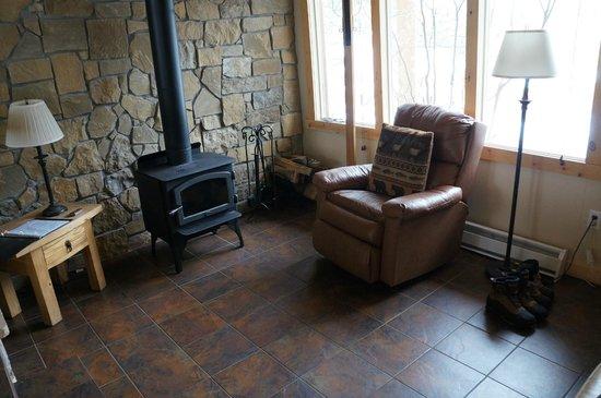 Della Terra Mountain Chateau: Wood burning stove in sitting area