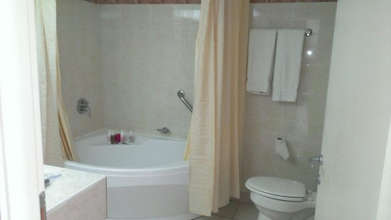 Sonesta Great Bay Beach Resort, Casino & Spa: Beautiful bathroom room 256