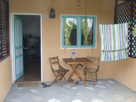 Soluna Guest House: Table & chairs for chilling