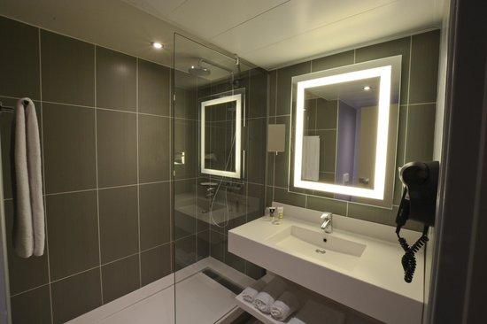 Hôtel Mercure Arras Centre Gare : Salle de bains