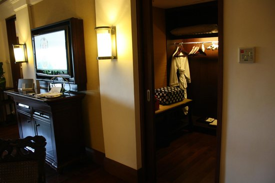 The St. Regis Bali Resort: Walk-In Closet