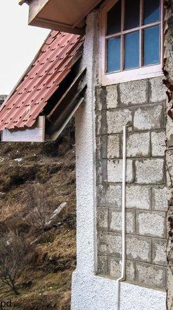 V Resorts Narkanda Cottage : Room exterior (backside)