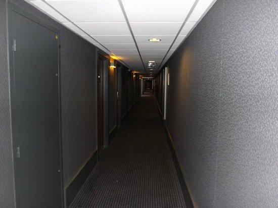 Mercure Paris Montmartre Sacre Coeur: corridoio vs la stanza