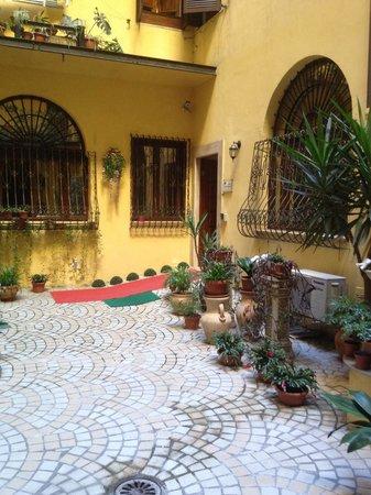 Hotel Sky Roma : La alfombra roja, corresponde a la entrada (también con lector de tarjeta) del Hotel