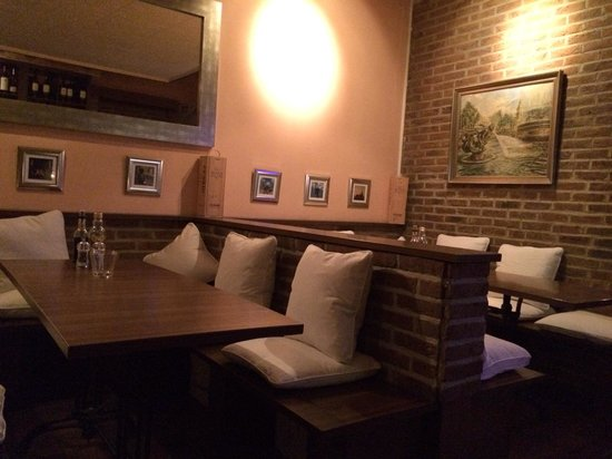 Restaurant One & Only: Benches with pillows in the back