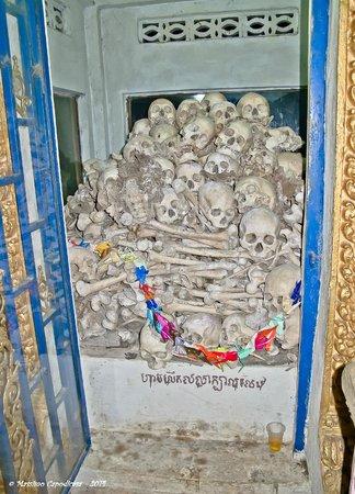 Phnom Sampeau: memorial