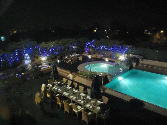 Radisson Blu Agra Taj East Gate: Pool & Patio with BBQ
