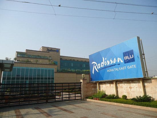 Radisson Blu Agra Taj East Gate: Entrance off Taj east gate road