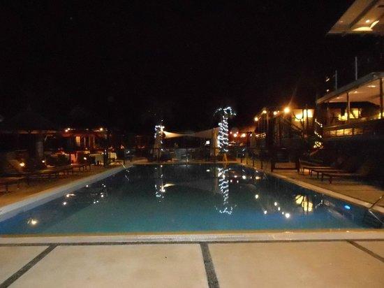 Iloha Seaview Hotel : piscine la nuit
