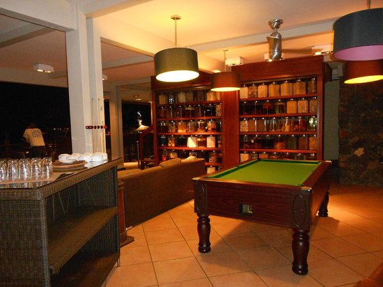 Iloha Seaview Hotel : billard et salon