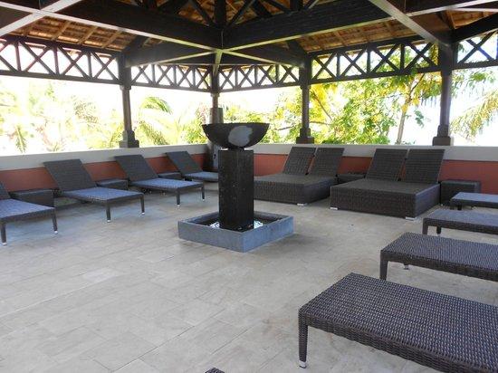 Iloha Seaview Hotel: espace detente guetali piscine