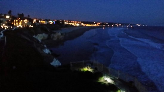 Shore Cliff Hotel: View from our balcony during the night