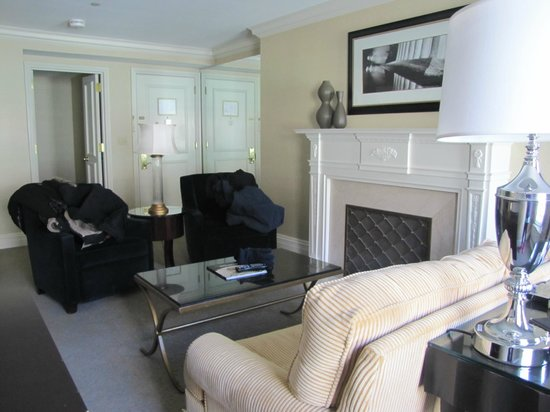 The Mayflower Hotel, Autograph Collection : living room area and kitchen entry