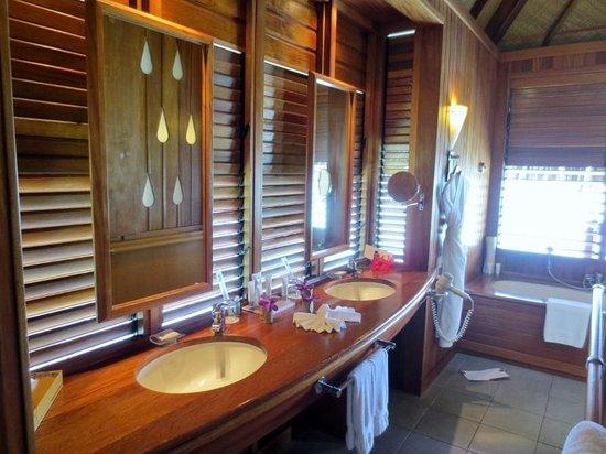 Le Meridien Tahiti : overwater bungalow bathroom