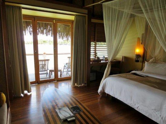 Le Meridien Tahiti : overwater bungalow main area