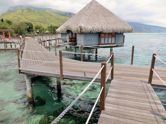 Le Meridien Tahiti : pier leading to overwater bungalows