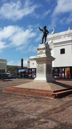 Juan Ponce de Leon Statue : Statue of Ponce de Leon in front of La Totem