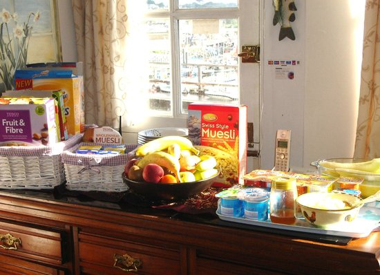 Harbour View Guest House: Breakfast ready for you in the morning sunshine