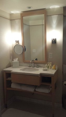 Colonnade Hotel: Well-appointed full bathroom . Love the large mirrors.